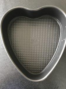 Herz-Backform für den Regenbogenkuchen