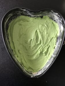 erste Schicht für den Regenbogenkuchen in grün