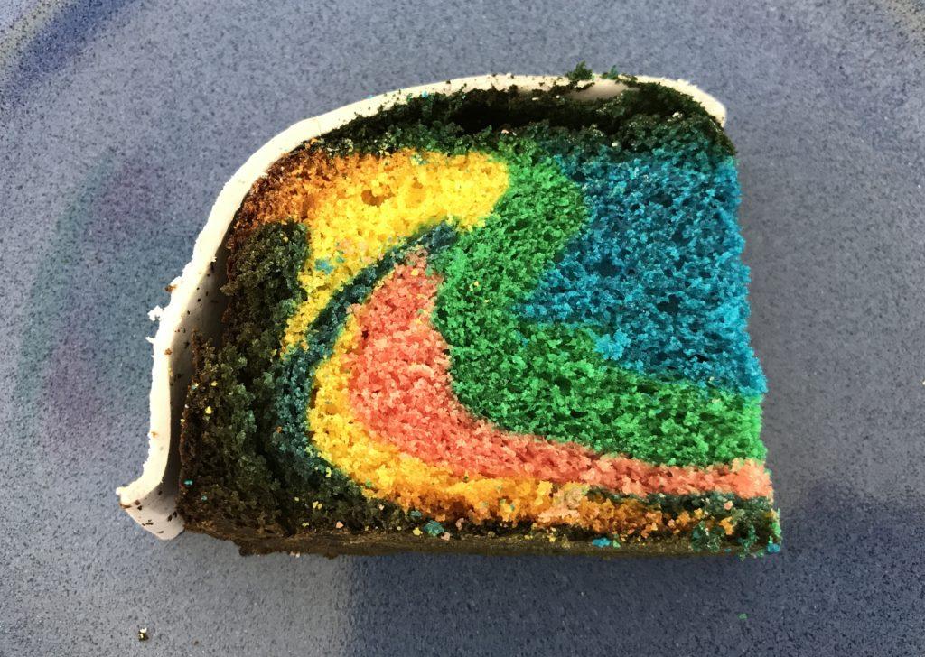 Ein Stück Regenbogenkuchen