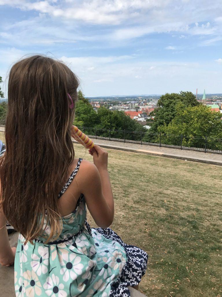 Eisessen mit Ausblick von der Sparrenburg