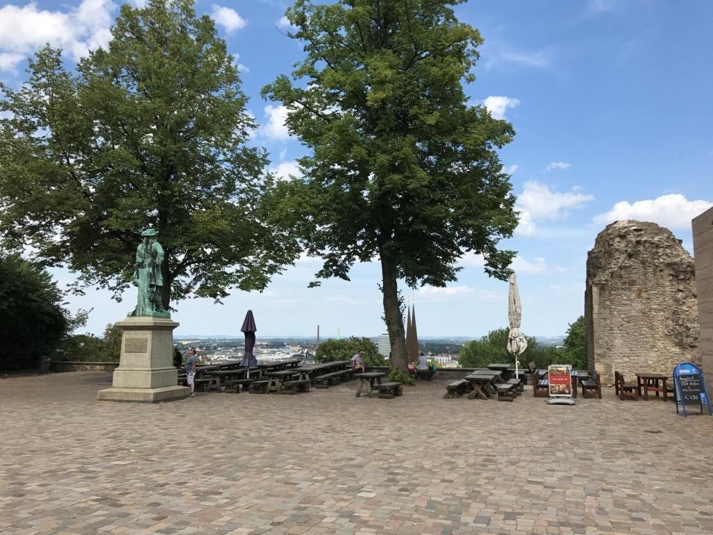 Der Hof mit Ausblick von der Sparrenburg in Bielefeld