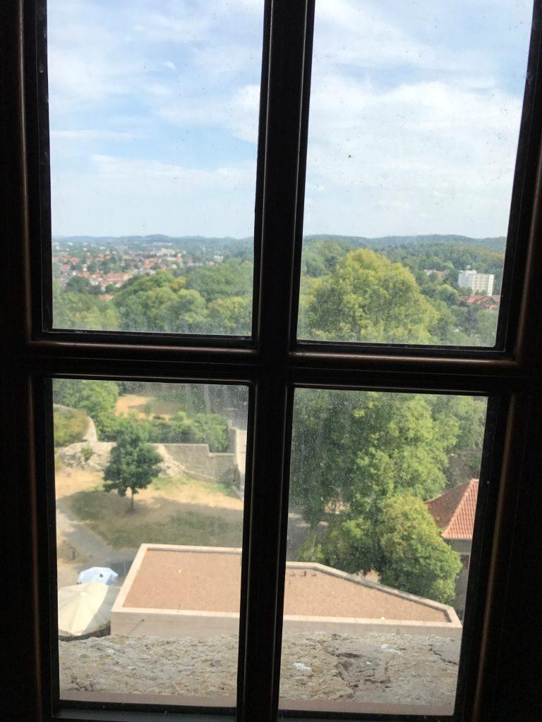 Ausblick aus einem Fenster im Turm der Sparrenburg