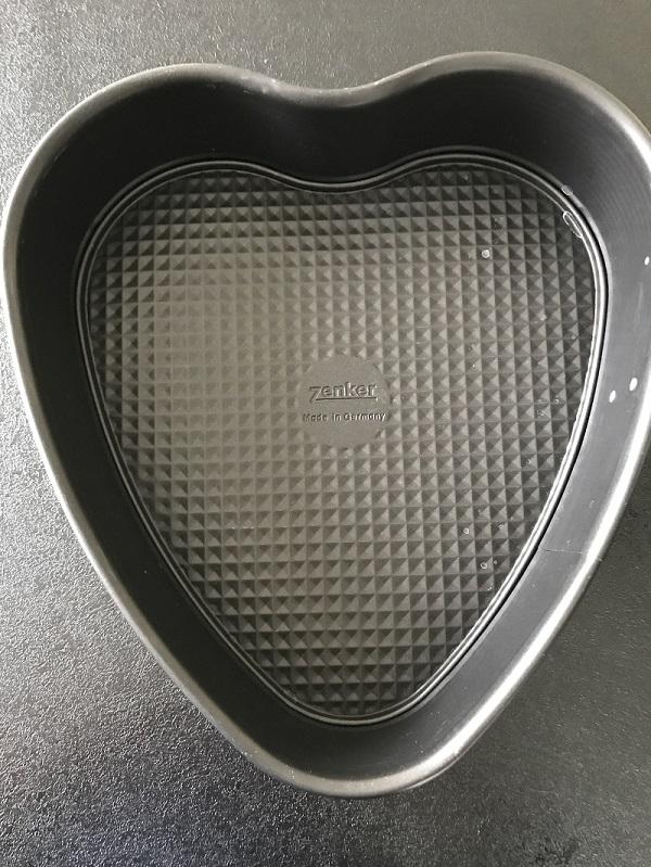 Die Herz-Backform für den Regenbogenkuchen