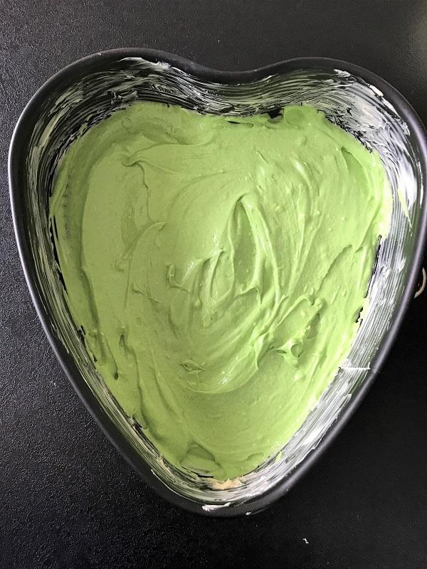 Die erste Schicht für den Regenbogenkuchen in grün