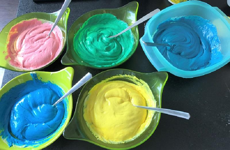 Regenbogenkuchen Rezept - bunter Teig