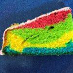 Regenbogenkuchen auf einem Teller