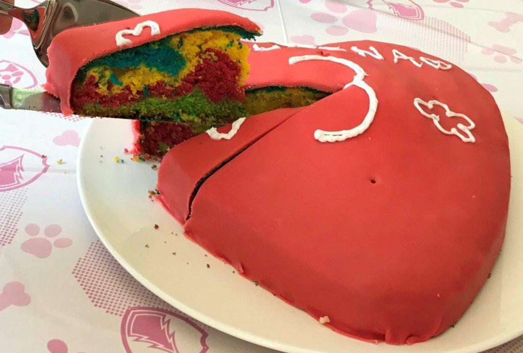 Regenbogenkuchen wird angeschnitten