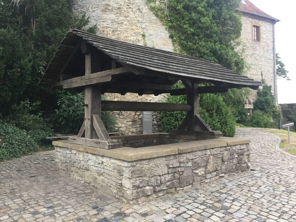 Der Brunnen vor dem Sparrenburg Turm