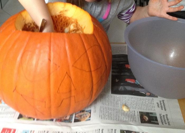 Halloween Kürbis aushöhlen