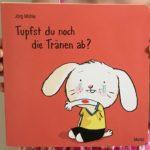 """Buch-Rezension, Lesen mit Kindern: """"Tupfst du noch die Tränen ab"""" mit Hasenkind von Jörg Mühle aus dem Moritz Verlag."""