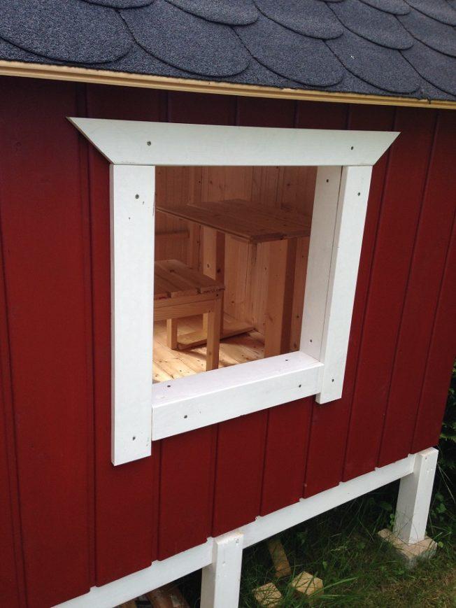 DIY-Projekt: Garten-Spielhaus für Kinder selber bauen - Verblendung Fenster