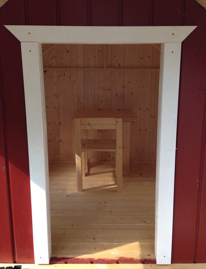 DIY-Projekt: Garten-Spielhaus für Kinder selber bauen - Verblendung Tür
