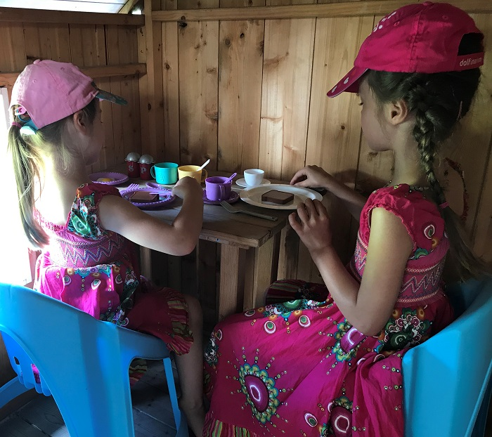 DIY-Projekt: Garten-Spielhaus für Kinder selber bauen - Einrichtung