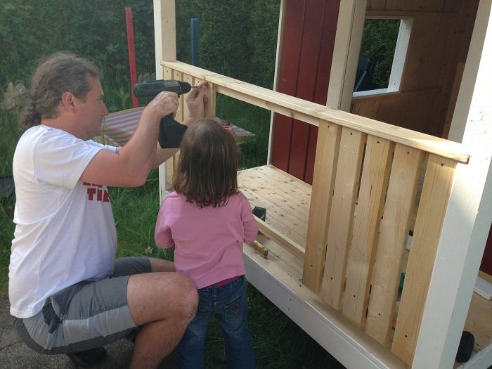 DIY-Projekt: Garten-Spielhaus für Kinder selber bauen - Verandageländer einbauen