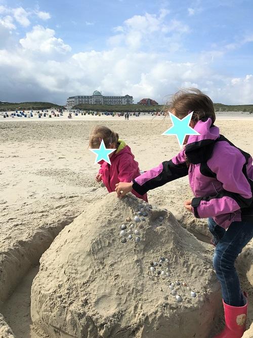 Urlaub auf Juist mit Kindern - Sandburg bauen