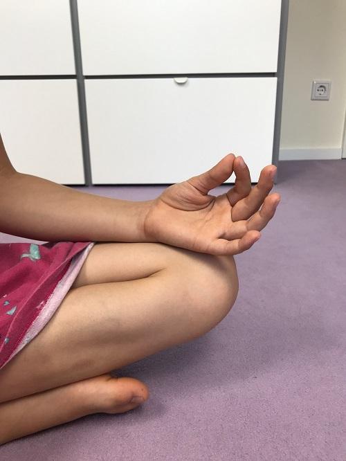 Meditation mit Kindern - BuddhaBoo App - wechselnde Fingermudra