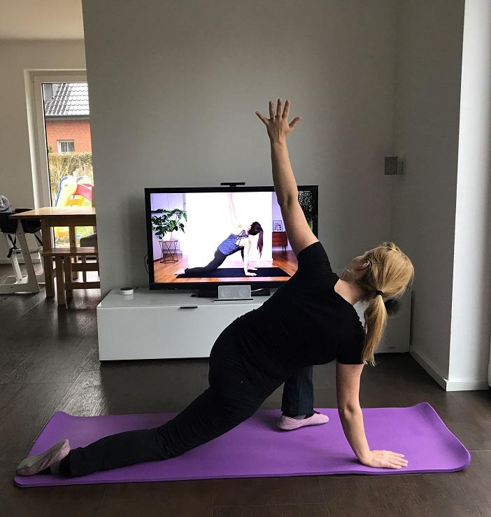 Yoga zu Hause auf der Yogamatte mit Mady Morrison