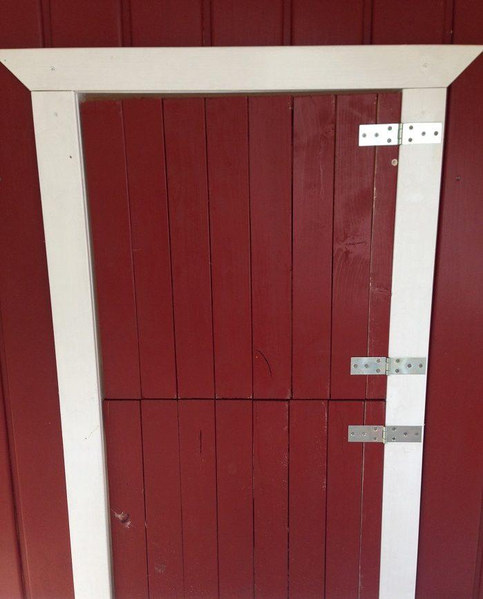 DIY-Projekt: Garten-Spielhaus für Kinder selber bauen - fertige Eingangstür