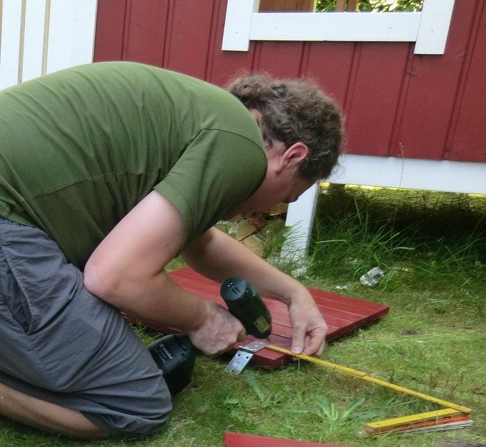 DIY-Projekt: Garten-Spielhaus für Kinder selber bauen - Kistenbänder montieren