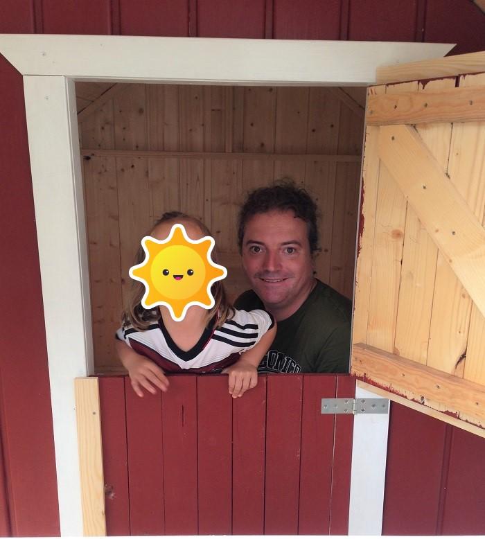 DIY-Projekt: Garten-Spielhaus für Kinder selber bauen - Tür eingebaut