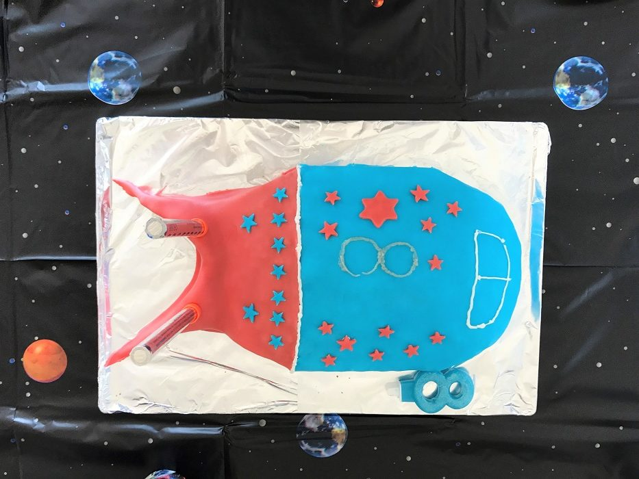 Rezept Raketenkuchen zum Kindergeburtstag Kuchen fertig verziert