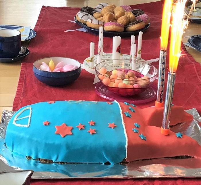 Rezept Raketen-Kuchen zum Kindergeburtstag Kuchen mit Tischfontänen