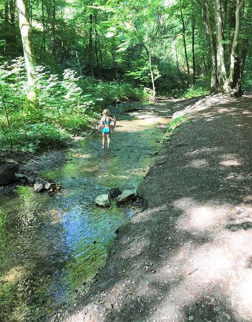 30am30 - 30 schöne Momente im August 2020 - Abkühlung in einem Bach im Wald