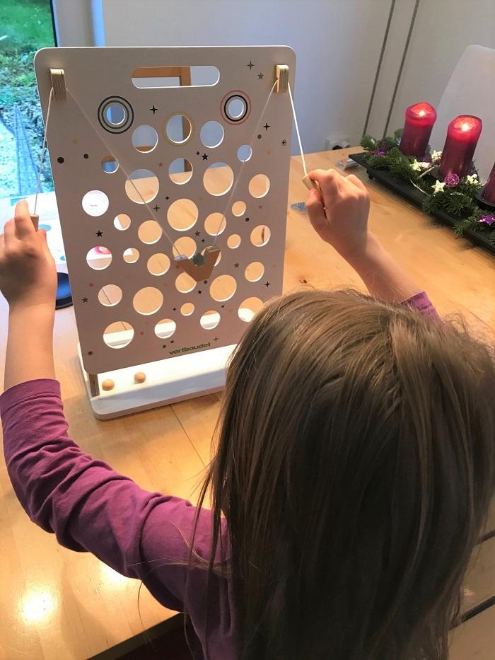 30am30 - 30 schöne Momente im Dezember 2020 - Kind spielt mit Nikolausgeschenk