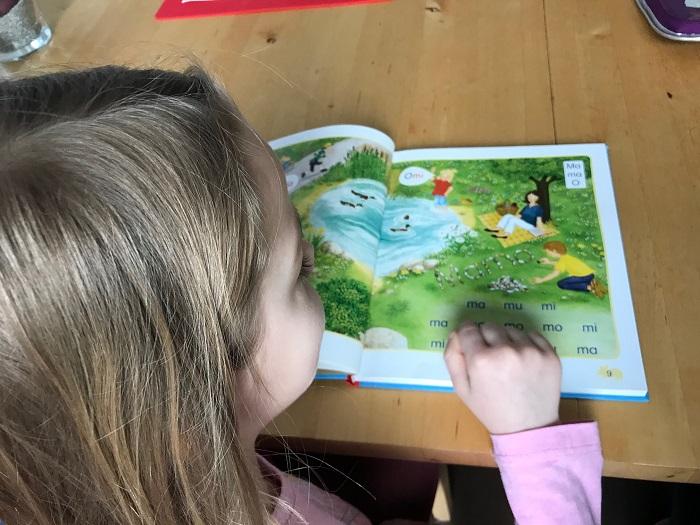 30am30 - Kind übt Lesen lernen