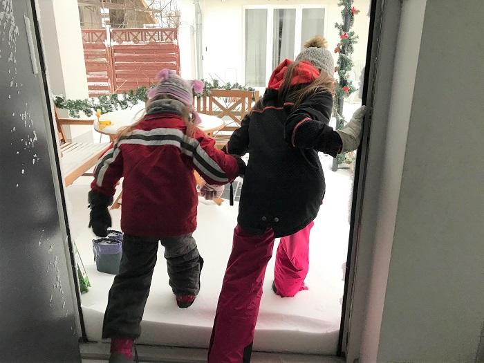 30am30 - 30 schöne Momente im Februar 2021 - Kinder stürmen in den Schnee