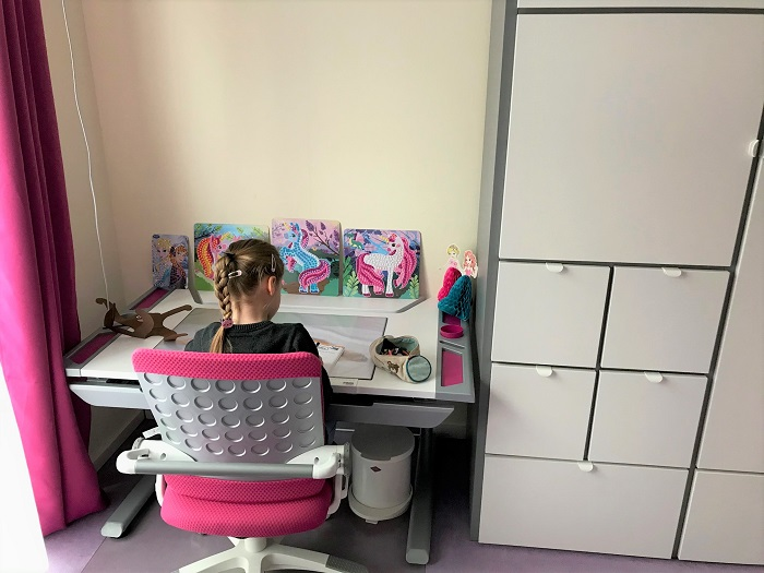 30am30 - 30 schöne Momente im März 2021 - Kind am Schreibtisch