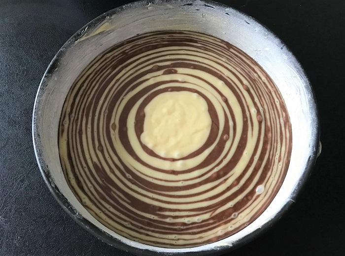 Rezepttipp: Zebrakuchen vegan - Teig in die Springform eingefüllt