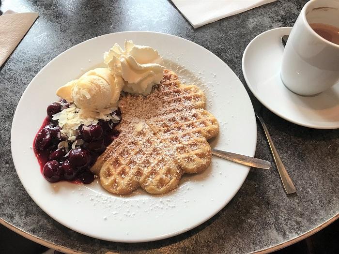 Nordsee mit Kindern - Urlaub in Friedrichskoog: Waffeln im Eiscafe